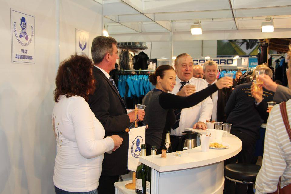 Champagner Umtrunk am VEST Messestand
